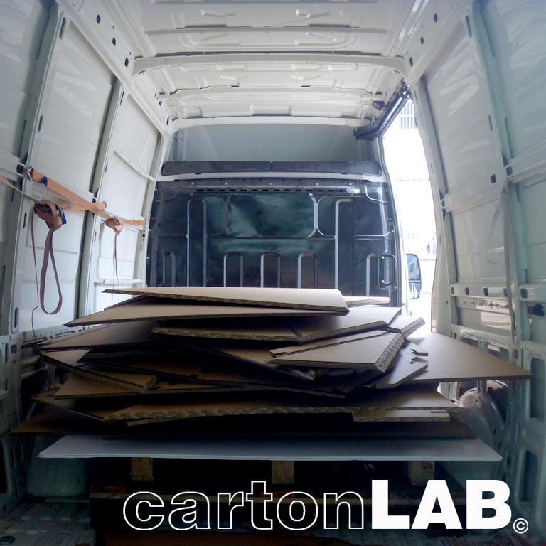 Transporte en plano del stand plegado, listo para su montaje.