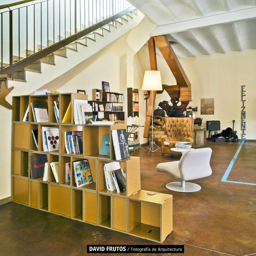 Estantería de cartón. Zona de biblioteca multifuncional en Etc&co