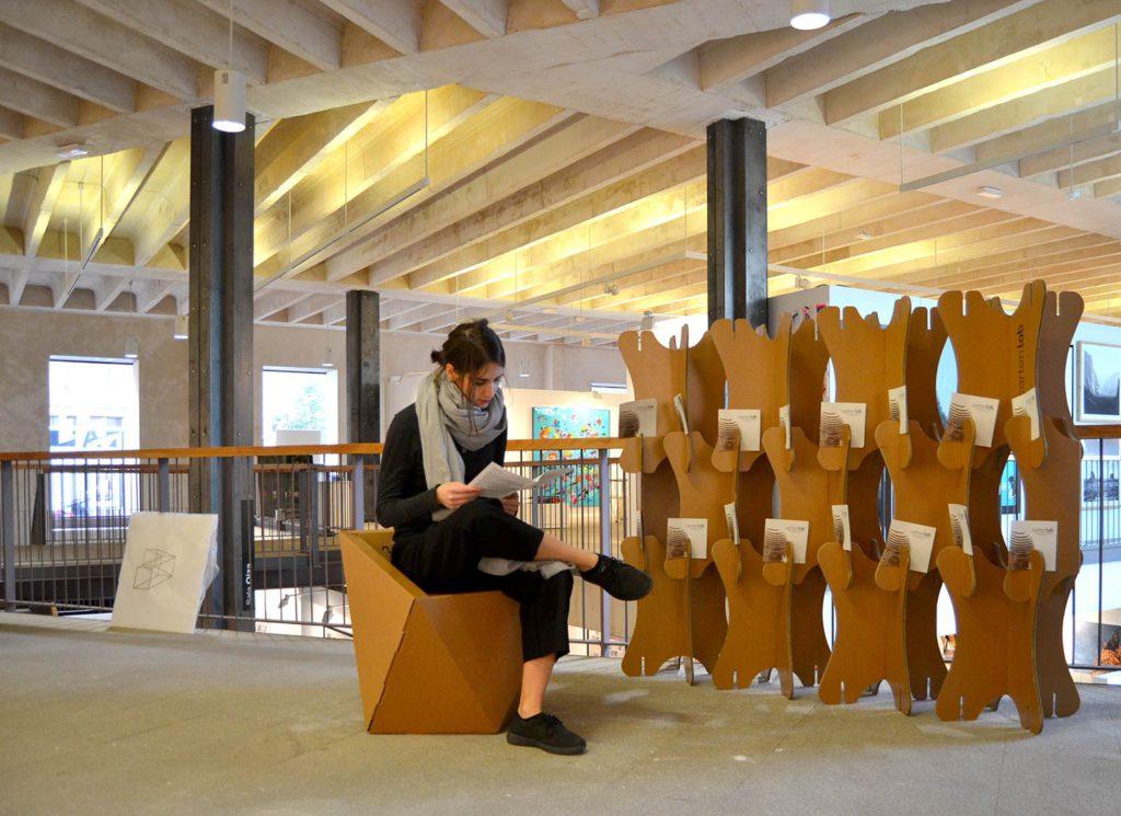 justmad zona area espacio descanso muebles mobiliario carton celosia muro