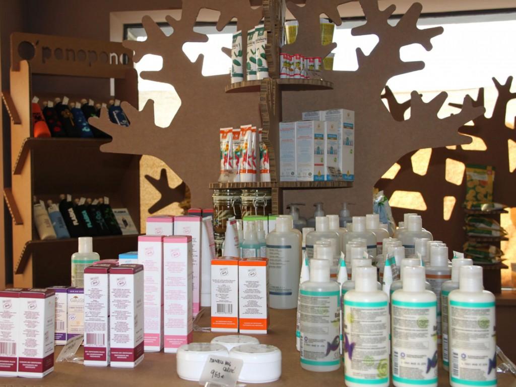 tienda ecologica diseño interior interiorismo comercial productos sostenibles oponopono carton cartonlab arbol expositor