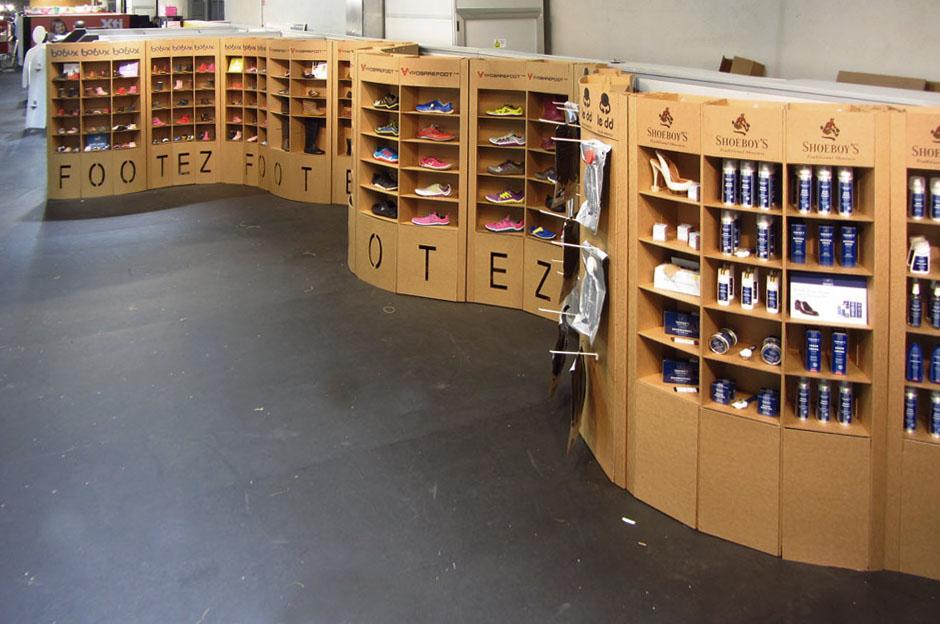 stand carton cartonlab footez modacalzado expositor zapatos sinuoso diseño impactante