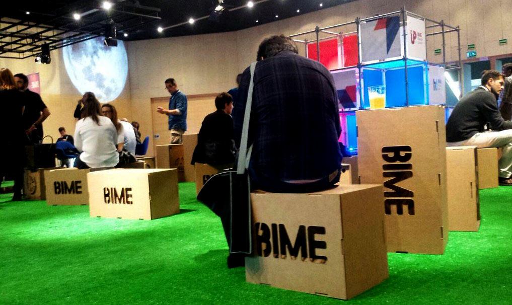 bime-altavoces-carton-festival-cartonlab-taburete-relax