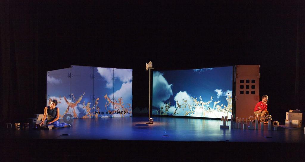 escenografia en carton para teatro ruido interno 4