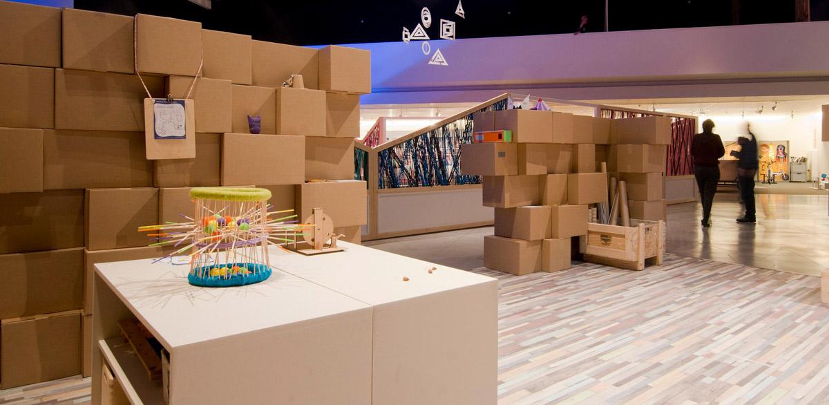 muro-cajas-carton-exposicion-cartonlab-01