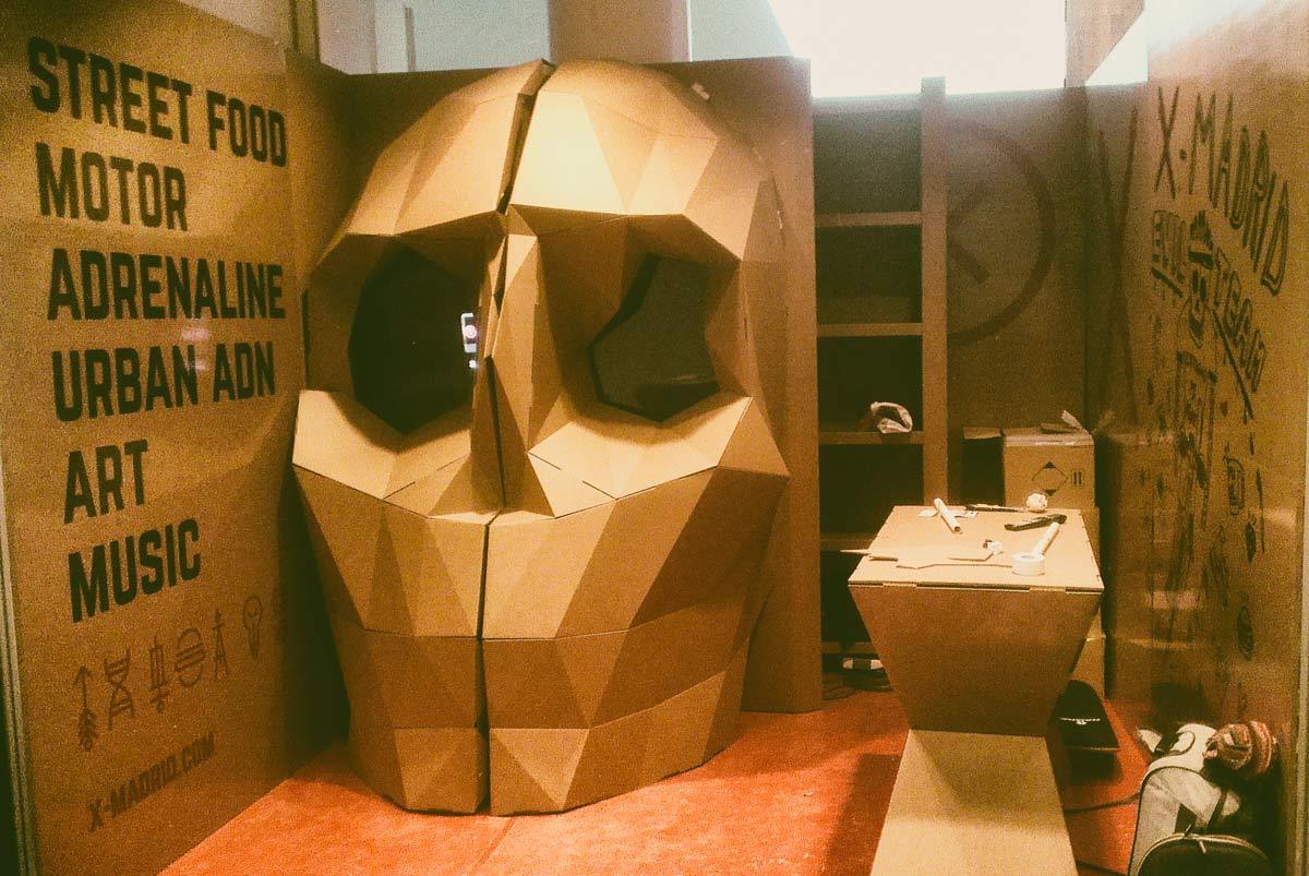 calavera-carton-stand-aecc-instalacion-cartonlab-01-skull-cardboard