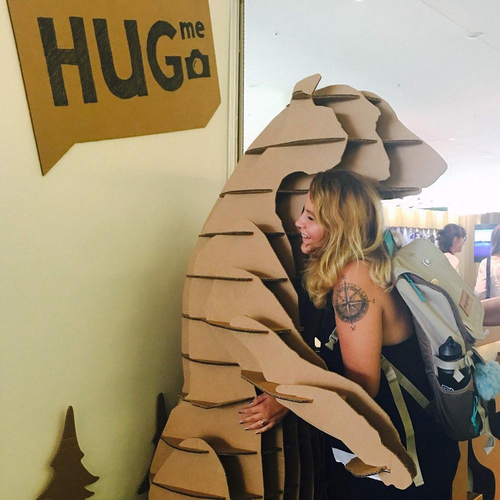 stand-rusia-iucn-cartonlab-oso-bear-hug
