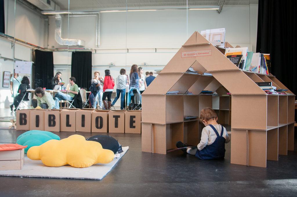 casita estanteria infantil mobiliario muebles niños juego juguete refugio niños Cartonlab