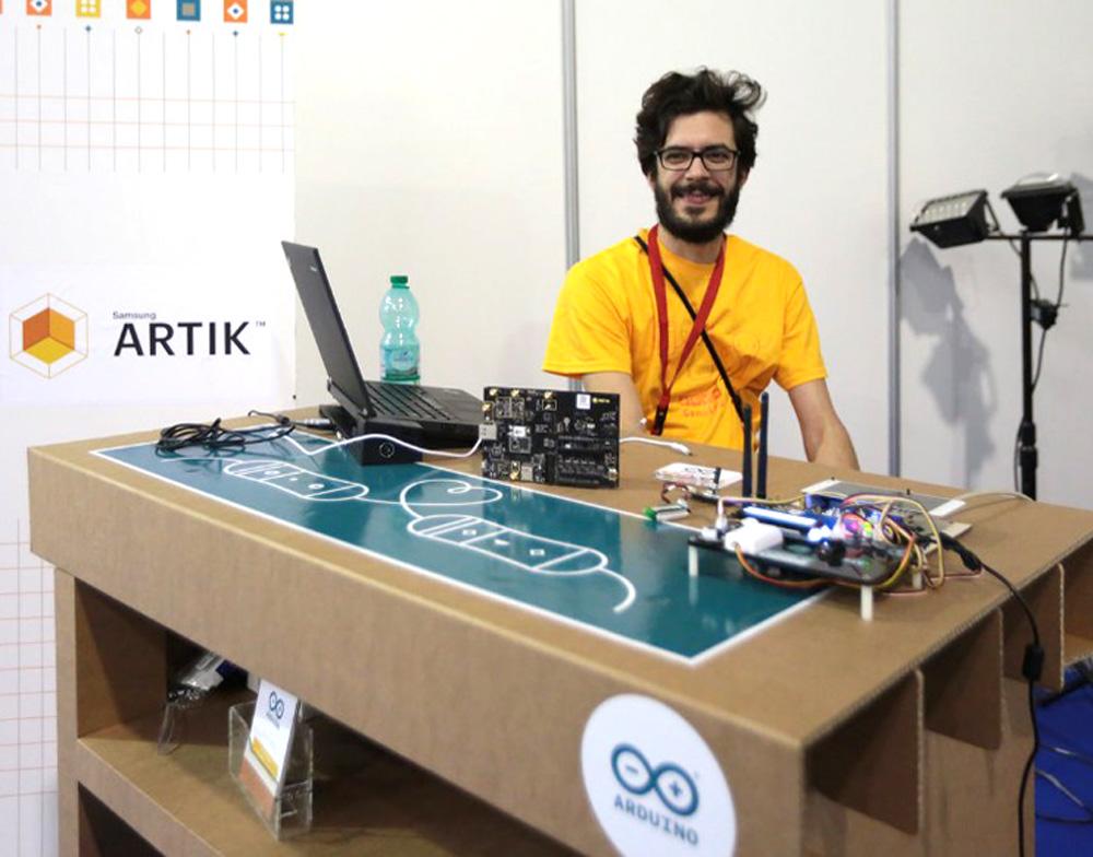 mostrador-carton-feria-maker-carton-arduino-roma-desk