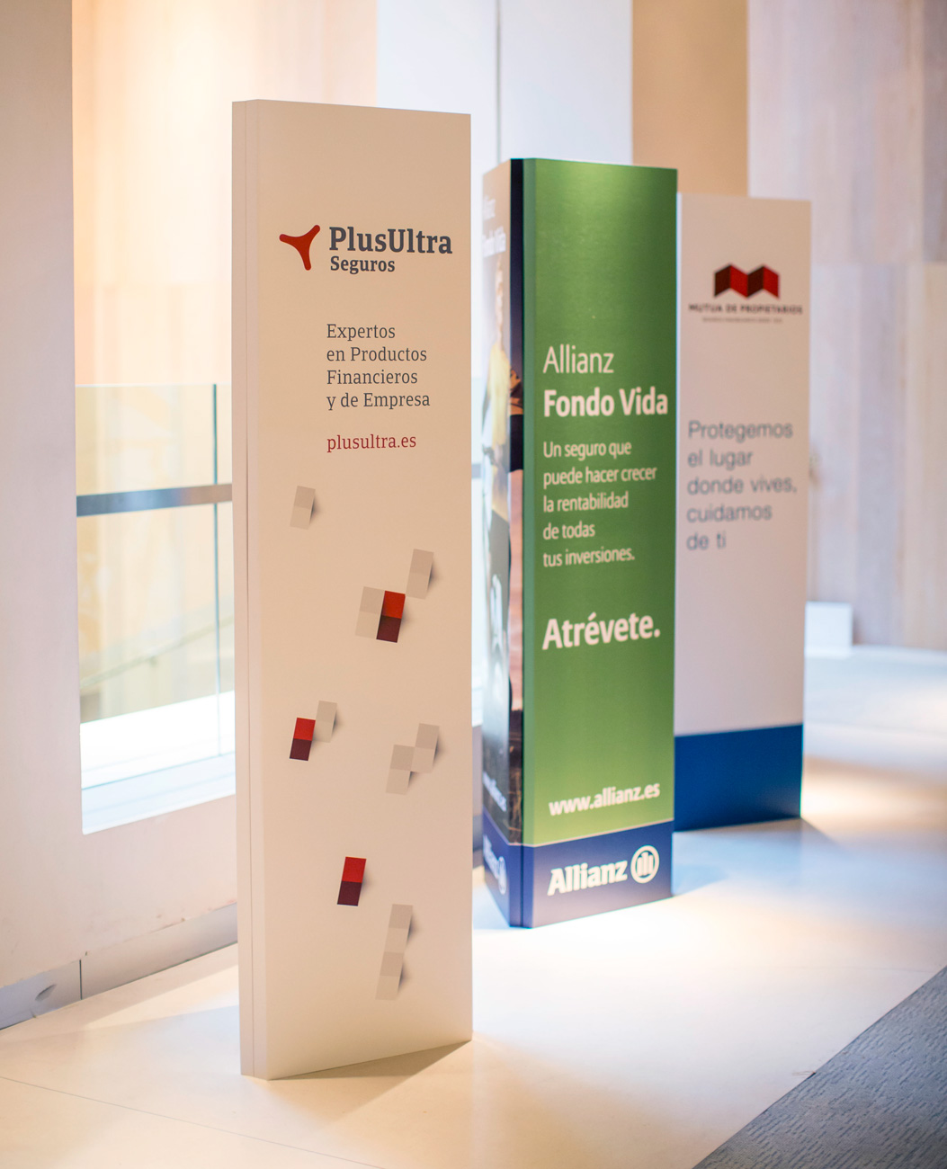 totem-banner-carton-e2000-decoracion-evento-cartonlab-1