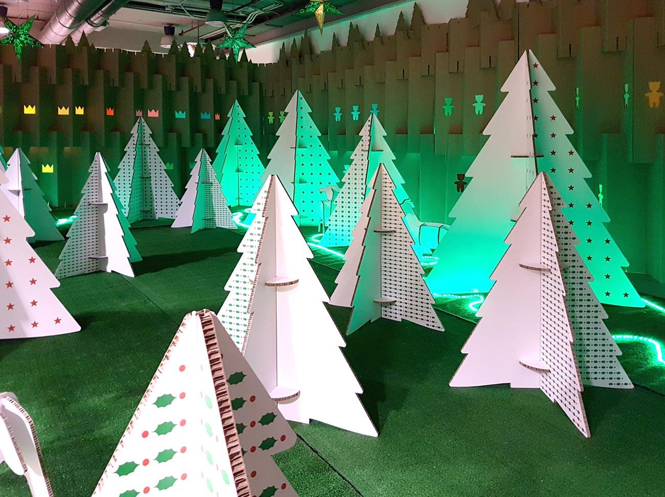 decoración navideña en centro comercial habaneras torrevieja fabrica de los sueños arboles carton bosque de los sueños