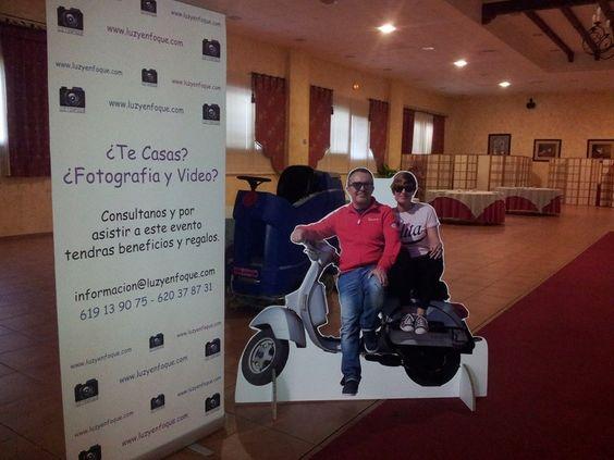 figuras carton personalizadas tamaño real moto pareja fotografo promocion campaña promocional feria bodas luz y enfoque