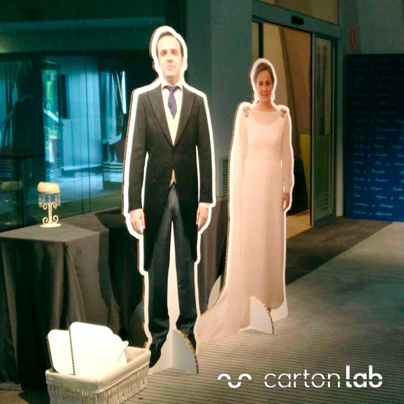 figura carton a tamaño real novios boda personalizada novia novio traje vestido cartonlab