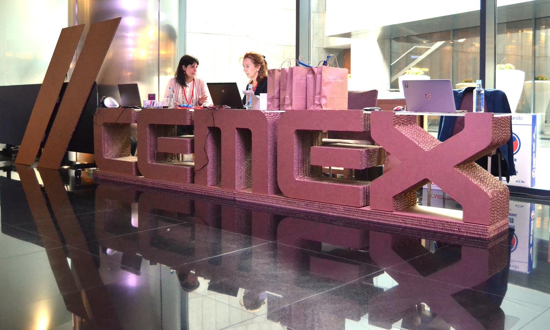 mostrador letras cartón para evento cemex