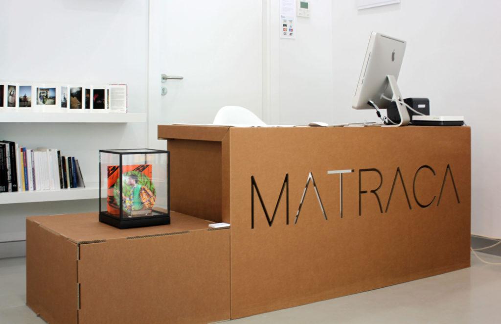 matraca interiorismo comercial sostenible ecologico muebles mostrador carton troquelado diseño concept store