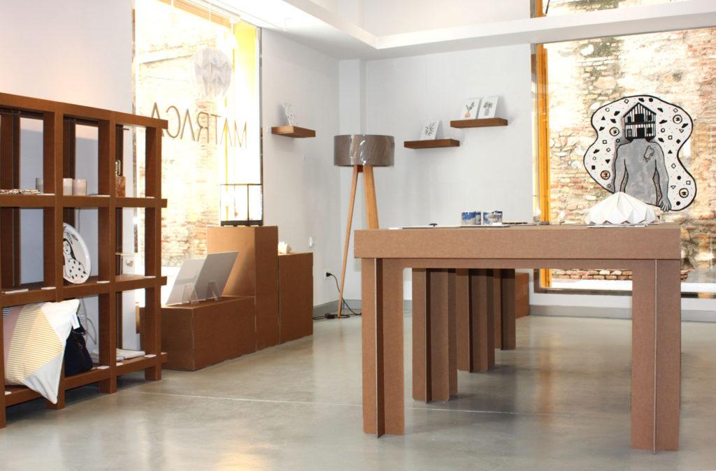 matraca interiorismo comercial sostenible ecologico muebles estanteria mesa expositor carton troquelado diseño concept store