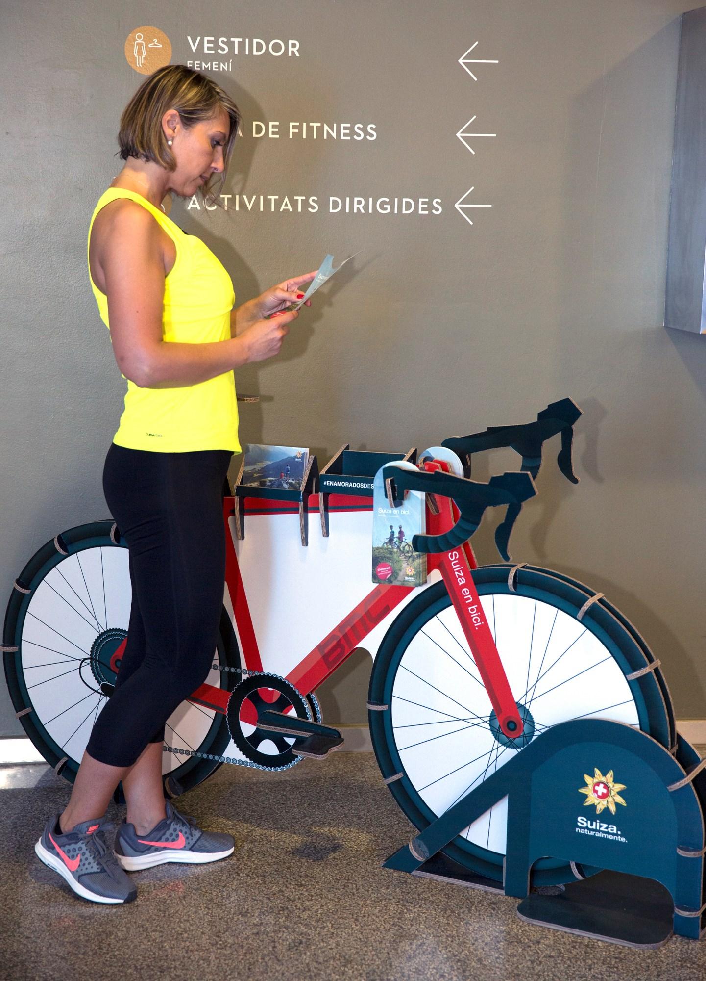 expositor portafolletos porta folletos bicicleta carton gimnasio holmes madrid barcelona oficina turismo suiza 02