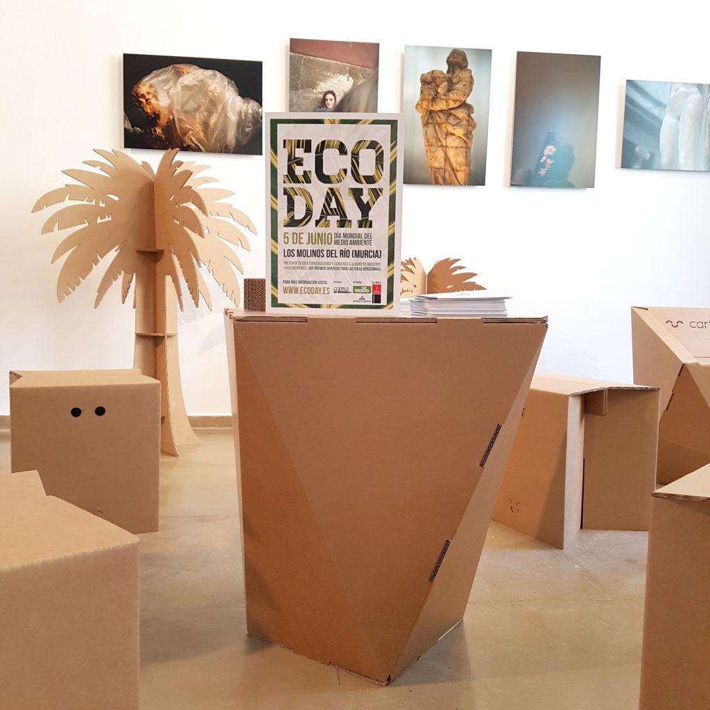 ecoday cartonlab muebles carton zona descanso reuniones taburetes mesas sillas palmeras evento dia medio ambiente emprendedores eco day
