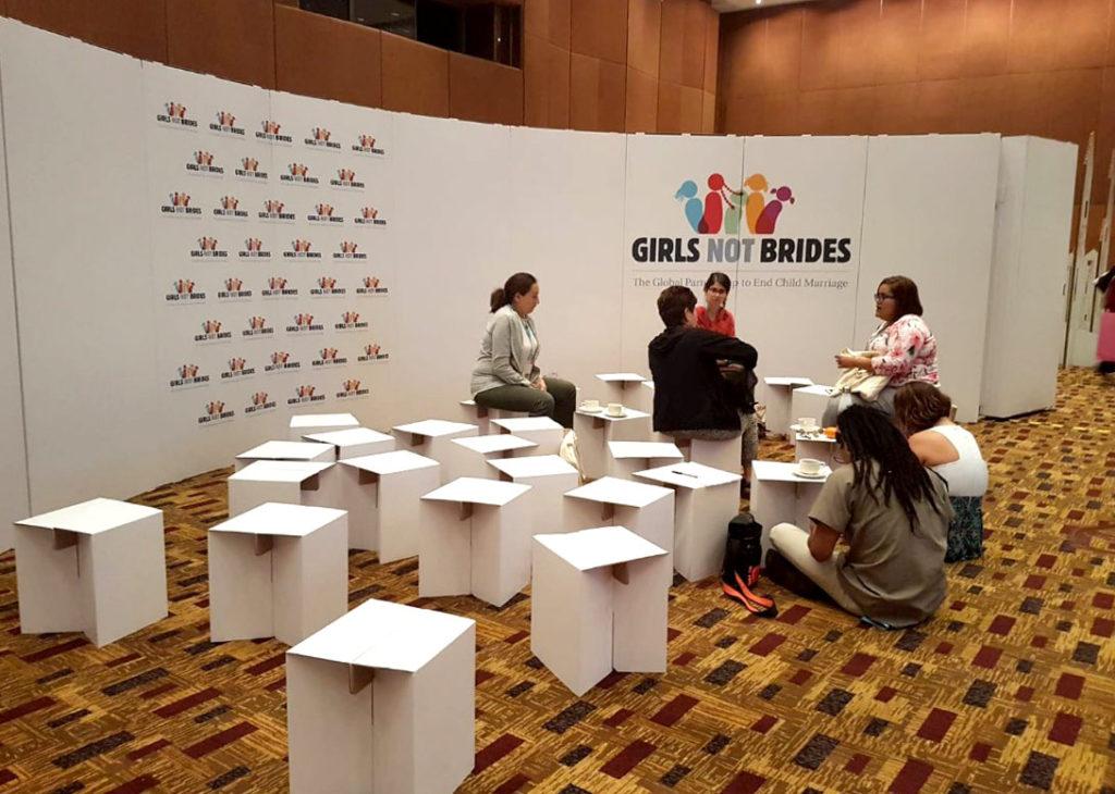taburetes carton evento girls not brides