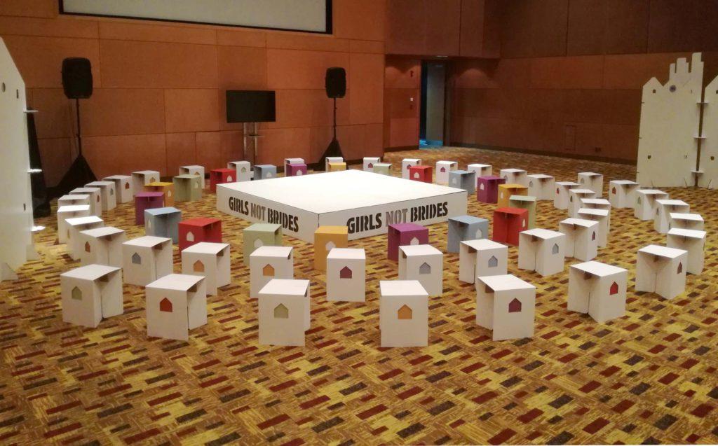 escenario carton taburetes evento girls not brides