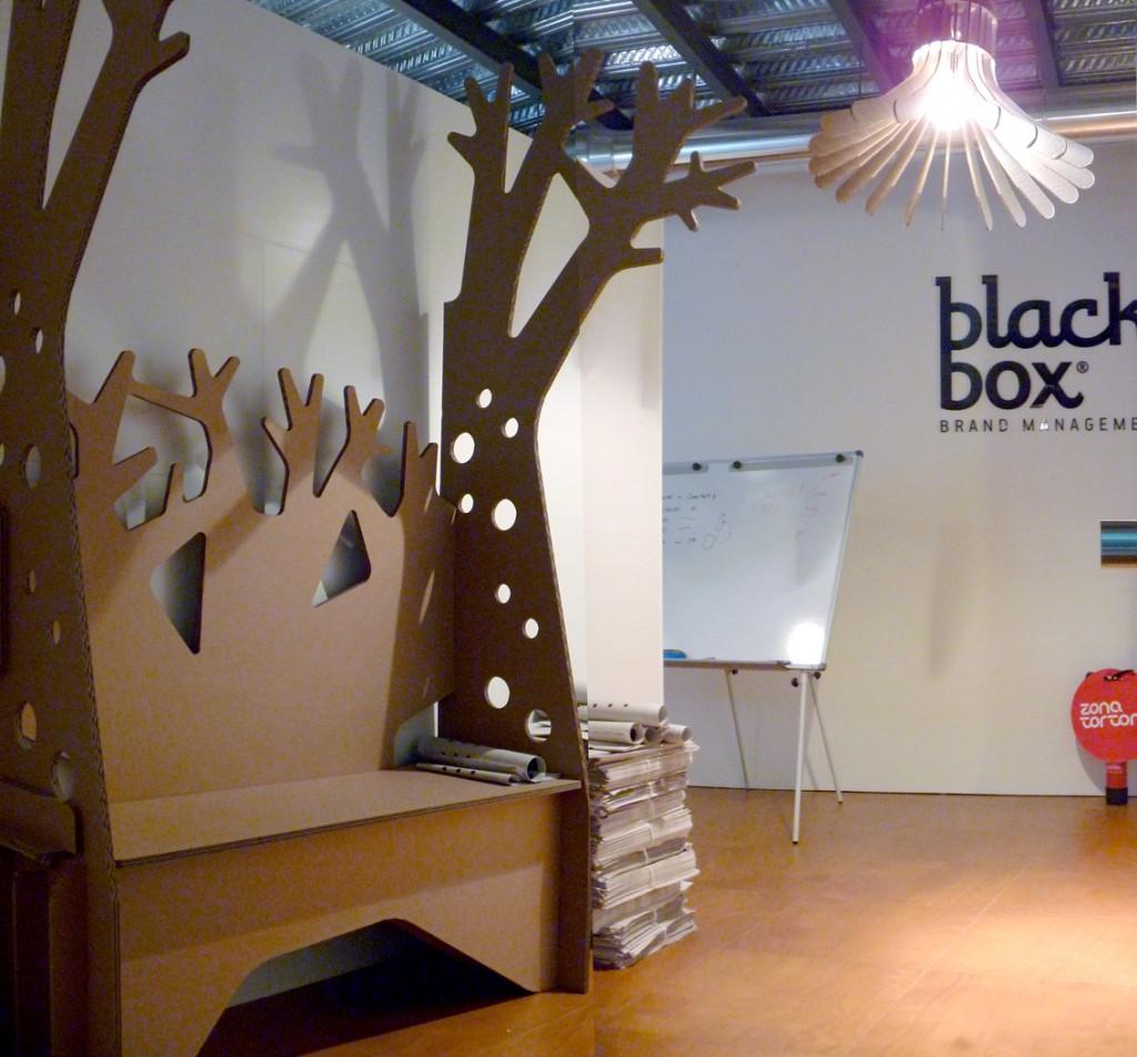 decoración interior oficina diseño blackbox carton cartonlab arbol banco
