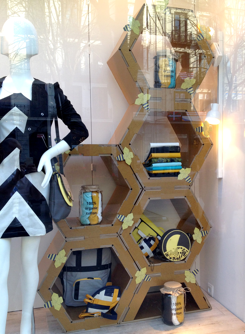 decoracion diseño escaparate sostenible carton ecodiseño skunkfunk