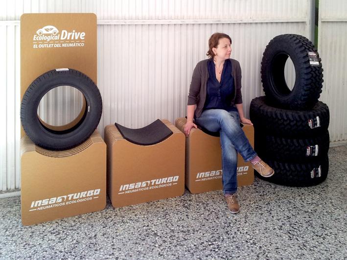 expositor-y-sillas-carton-neumatico-reciclado_banco