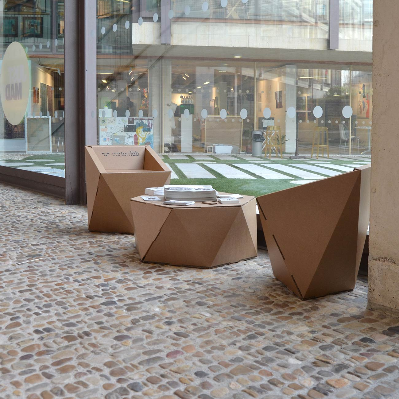 just mad justmad arte emergente feria madrid zona descanso silla carton mesa