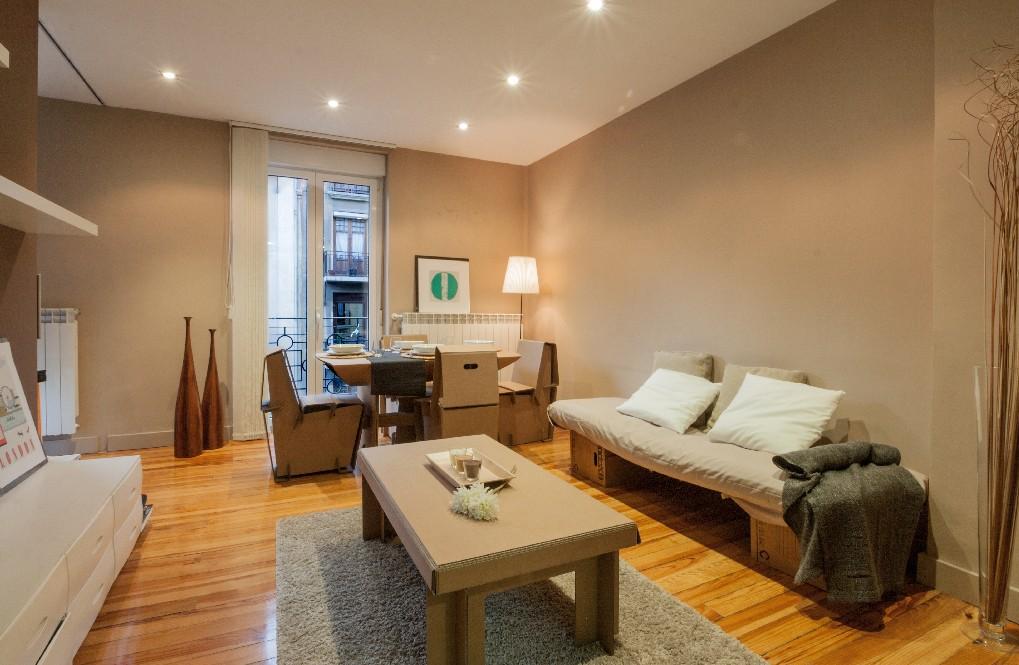 home staging muebles de carton. Black Bedroom Furniture Sets. Home Design Ideas