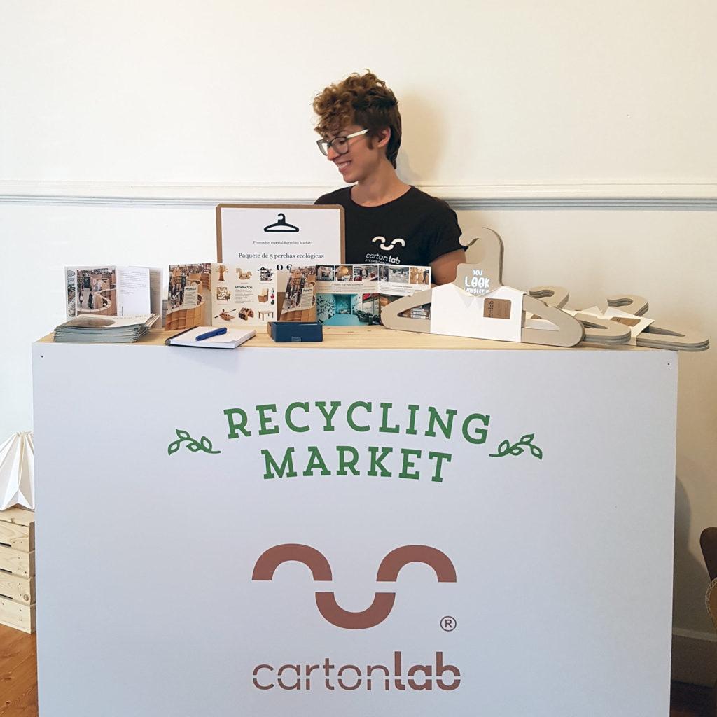 reclycling market diseño stand perchas carton cartonlab