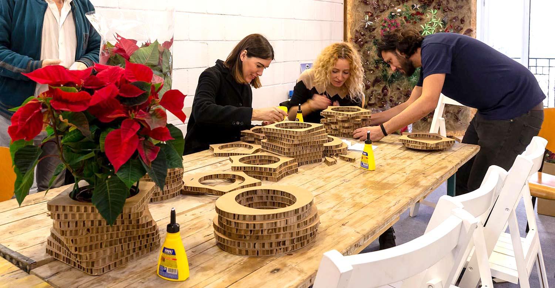 taller de macetas de cartón