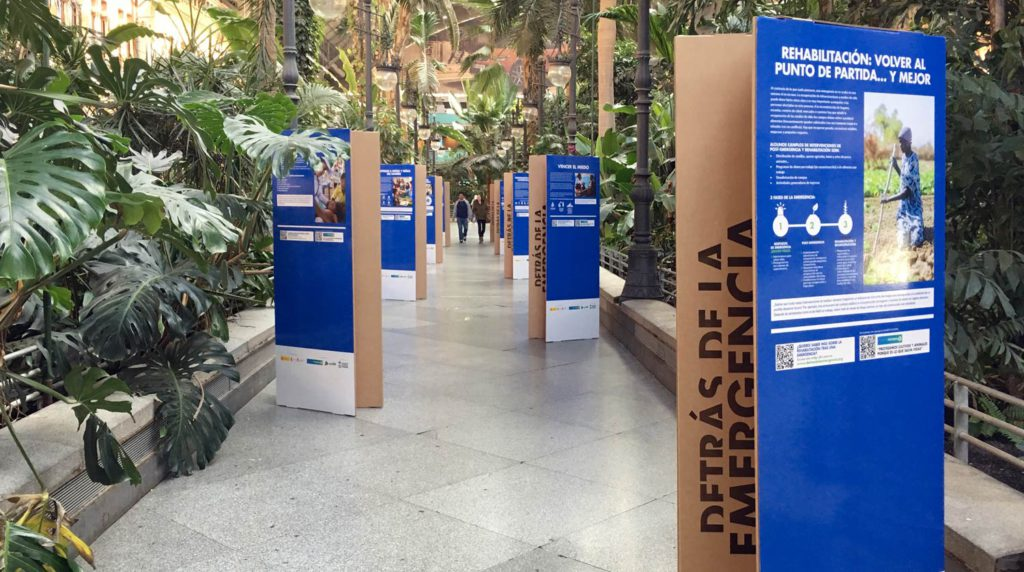 Totem soporte exposición estacion Atocha