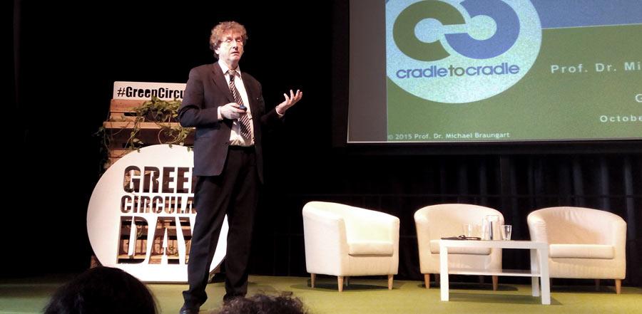 """Se ha celebrado en círculo de Bellas Artes de Madrid la jornada Green Circular Day presentada como el mayor evento del año en torno a la economía circular, el emprendimiento y el empleo verde. Entre los invitados a la jornada, destacar la charla inaugural del Dr Michael Braungart, coautor del famoso libro """"Cradle to Cradle"""" y de toda una teoría y metodología innovadoras en torno al diseño, los ciclos de producción y el """"upcycling"""". En su charla presentó algunas de sus últimos desarrollos, entre ellos un libro realizado con papel 100% apto para compostaje, y un proceso de encurtido de piel que utiliza productos extraídos de forma natural a partir de hojas de olivo en lugar de los habituales químicos contaminantes usados en esta industria. Braungart hizo especial mención a la inutilidad de todas esas políticas y medidas supuestamente ecológicas que en realidad lo único que hacen es optimizar malas prácticas. Nos invitó a valorar la diferencia entre lo que es eficiente frente a lo efectivo y a no quedarnos con una definición de sostenibilidad ampliada y proactiva que implique no solo """"no comprometer"""" los recursos de nuestros hijos, sino que se luche por construir un futuro lleno de nuevas y mejores oportunidades para ellos. Según Braungart no debemos dejarnos seducir por los slogans """"cero emisiones"""" ni """"carbon neutral"""" a los que hoy en día se pretenden asociar productos, barrios, ciudades y países enteros, ya que ningun árbol es """"cero emisiones"""". La organización del evento ha corrido a cargo de la Fundación Biodiversidad y Ecoembes, y ha contado con un éxito de partipación con más de 200 asistentes que tomaron parte activa durante los turnos de preguntas y el intenso networking. Cartonlab, por encargo de la Fundación Biodiversidad ha participado en la producción de distintos elementos para la comunicación del evento. -Un Photocall polaroid personalizado con el que los asistentes pudieron dar difusión a la jornada. -Un panel modular de """"Retos y soluciones circulares"""" id"""