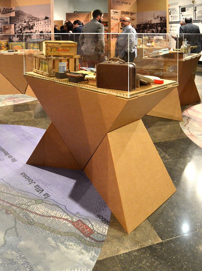 vitrina exposiciones peana carton ecologica