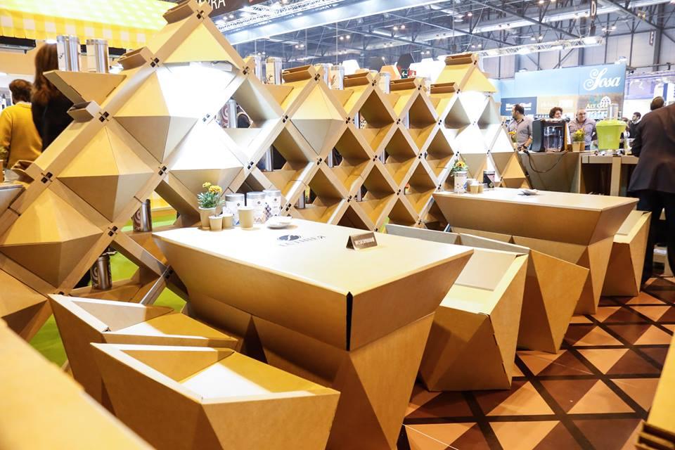 mesas-sillas-estantería-stand-salon-gourmets-cartón-ecológico-café-Luthier-Cartonlab-gourmet-Diseño-exclusivo
