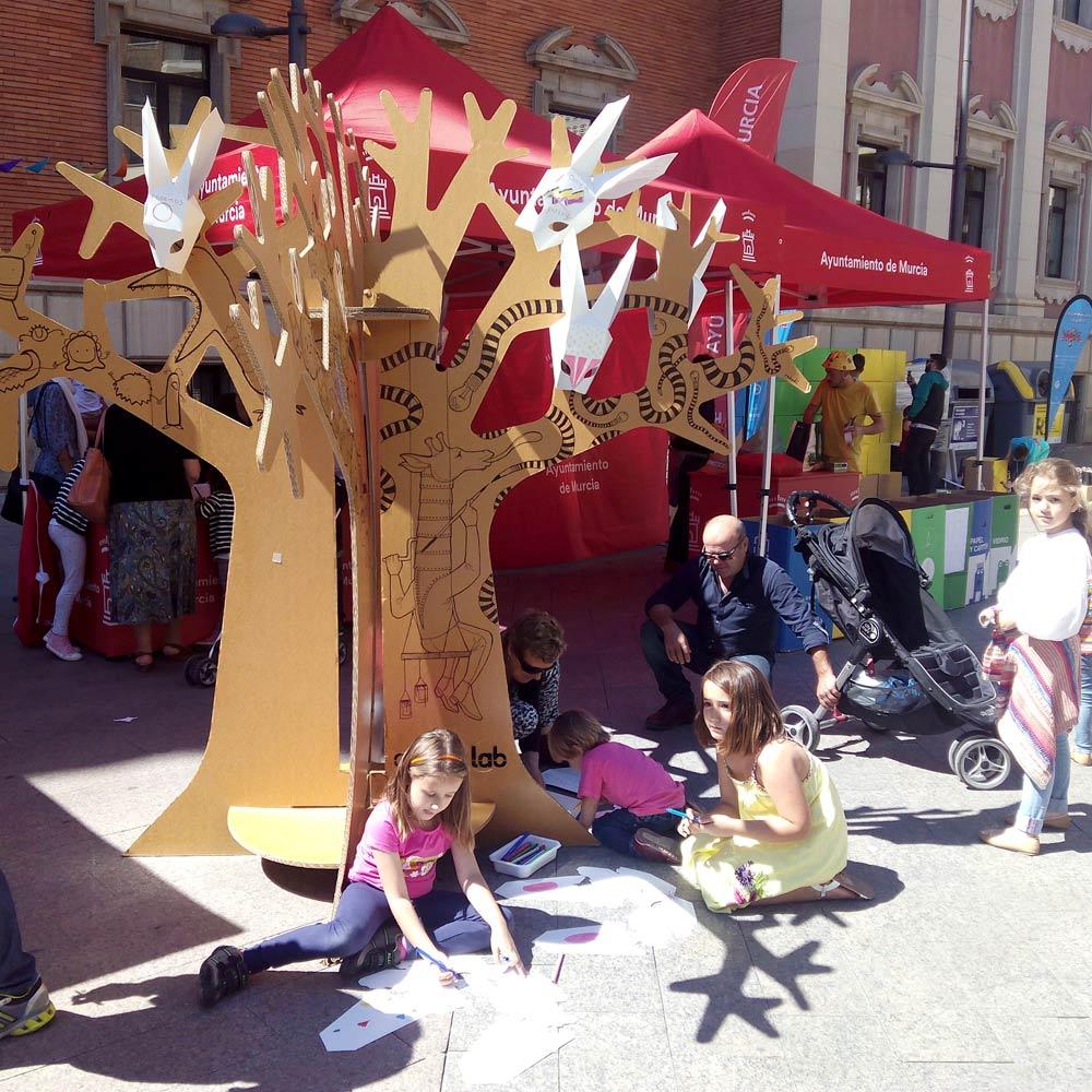 árbol de cartón mascaras conejo cartonlab dia del reciclaje murcia