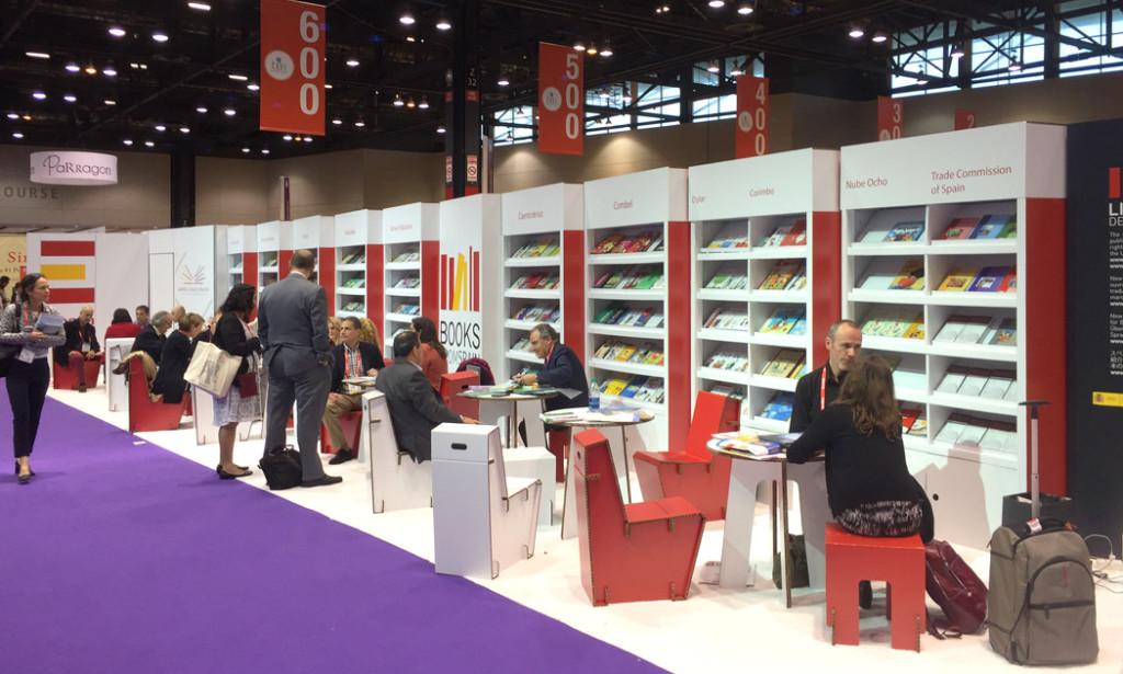 Diseño en cartón para librerías en Book Expo en Chicago.