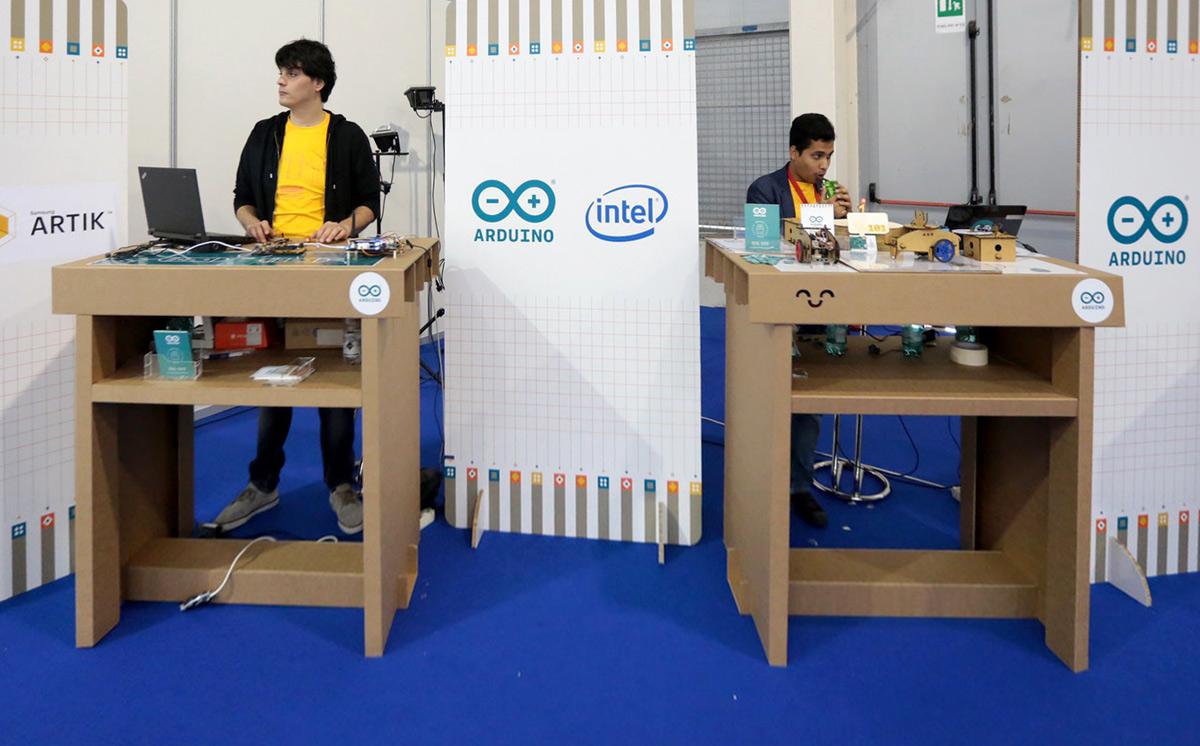 stand-up-desk-arduino-cardboard-maker-fair-roma-cartonlab