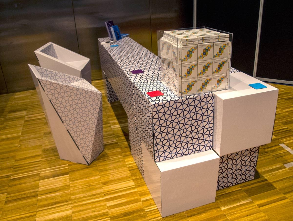 stand de microsoft nips mostrador zona bienvenida barcelona carton cartonlab silla faceta