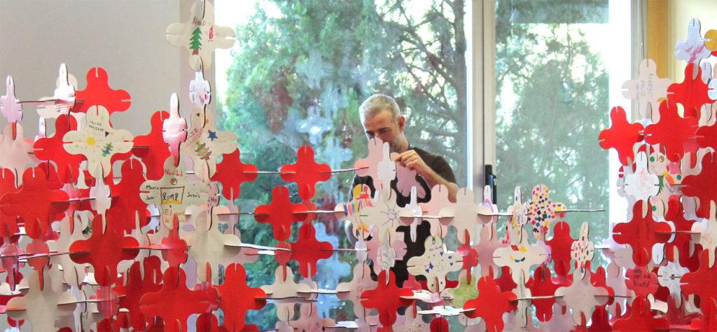Equipo de Cartonlab construyendo celosía para taller infantil con cartón