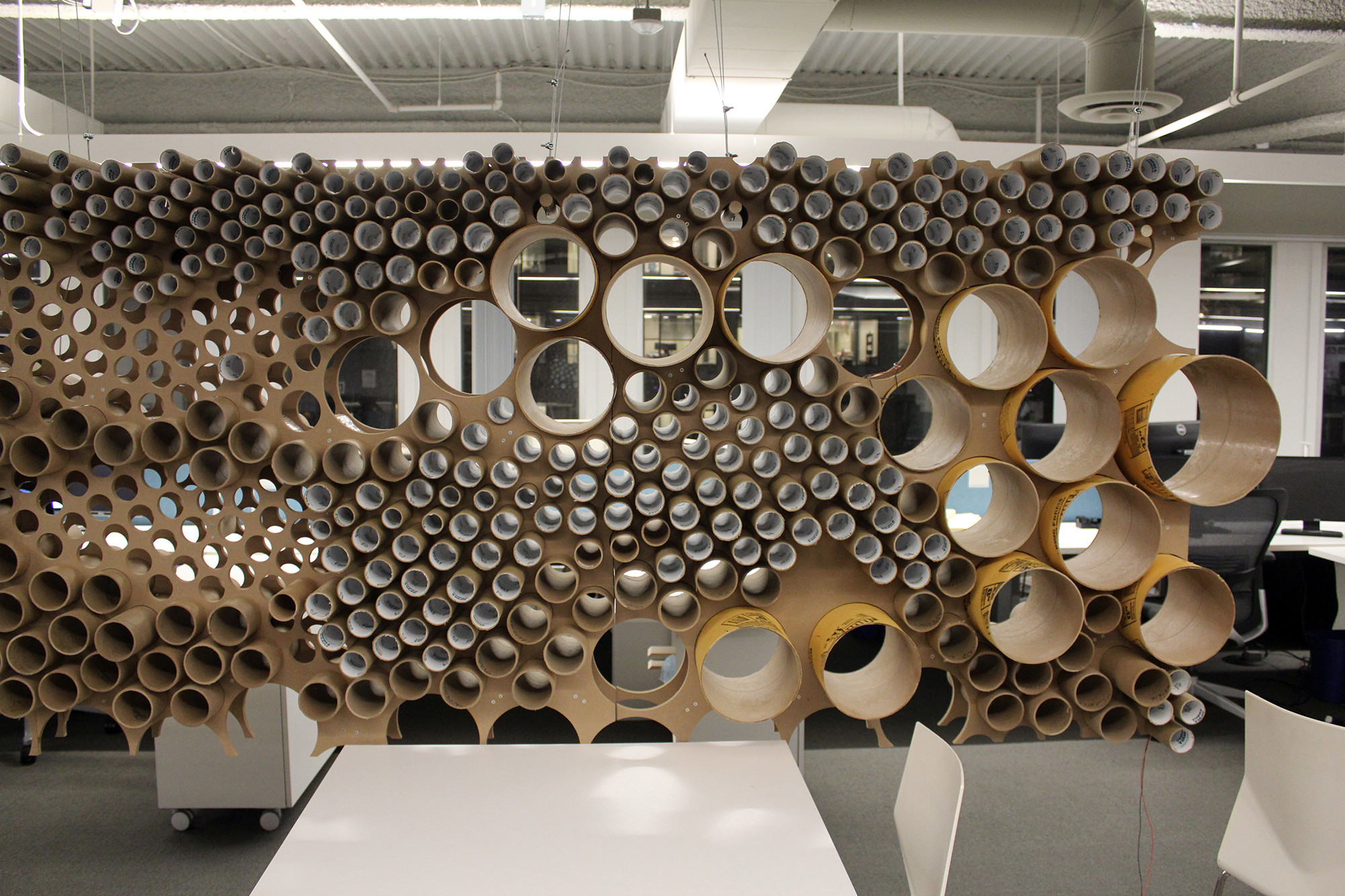 Perkins + Will's pared tubos separador oficinas cardboard tubes barrier