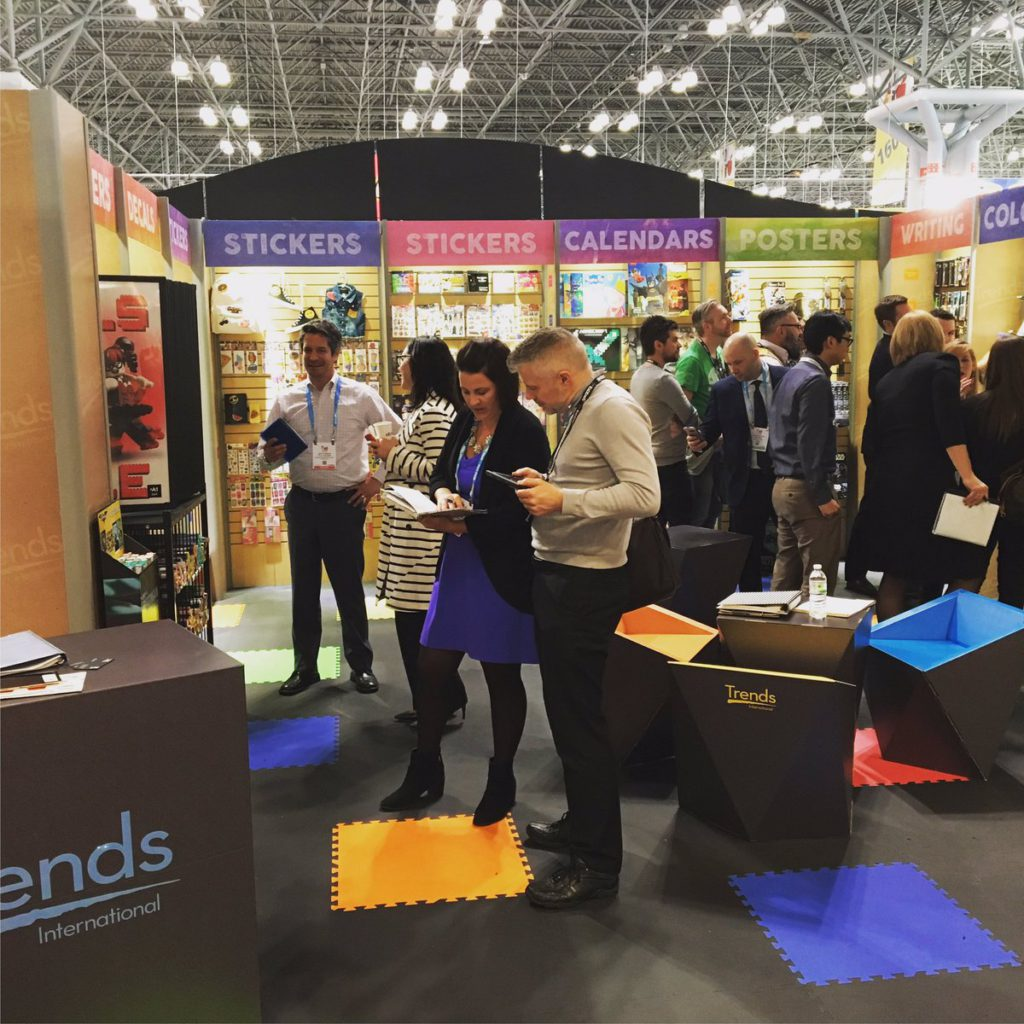 trends international ny toy fair booth design furniture cardboard diseño sostenible en usa