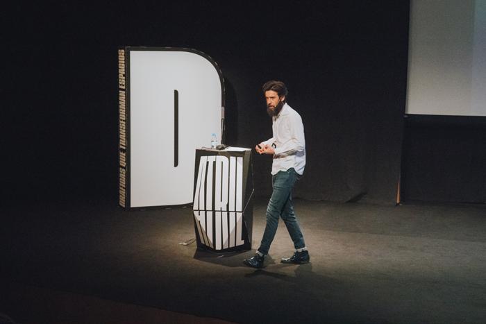 Javier Jiménez junto elementos corpóreos de cartón en Día D