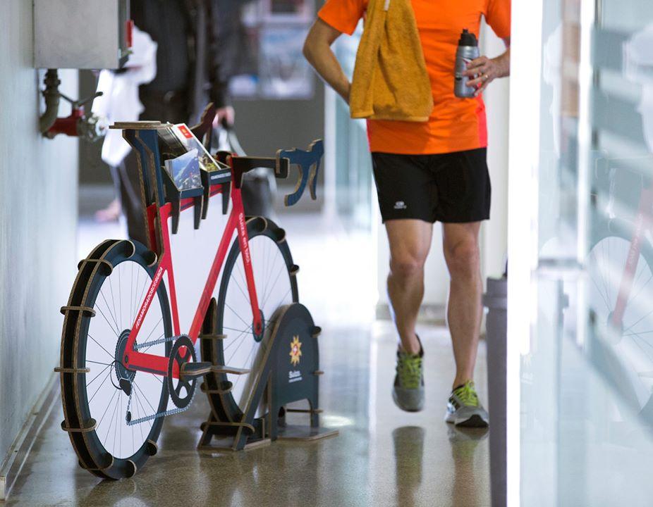 expositor de folletos personalizado porta folletos bicicleta carton gimnasio holmes madrid barcelona oficina turismo suiza 03