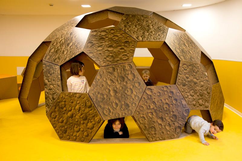 Cúpula geodésica con niños jugando por sus ventanas