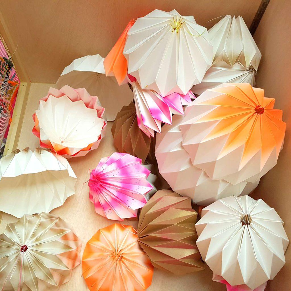 lamparas carton plegadas papel origami colores carton fabricario cartonlab