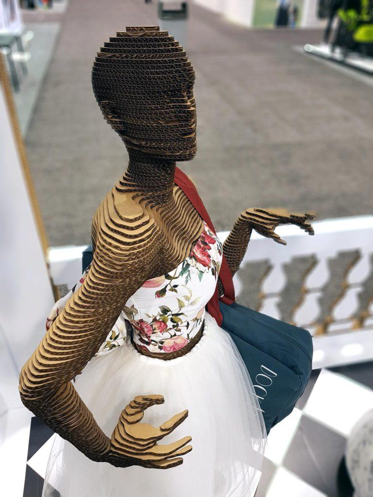 mannequin cardboard ideas escaparate maniqui carton decoracion escaparate original creativo exclusivo dockadot cartonlab