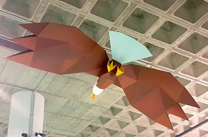 Águila facetada decorando una tienda de animales
