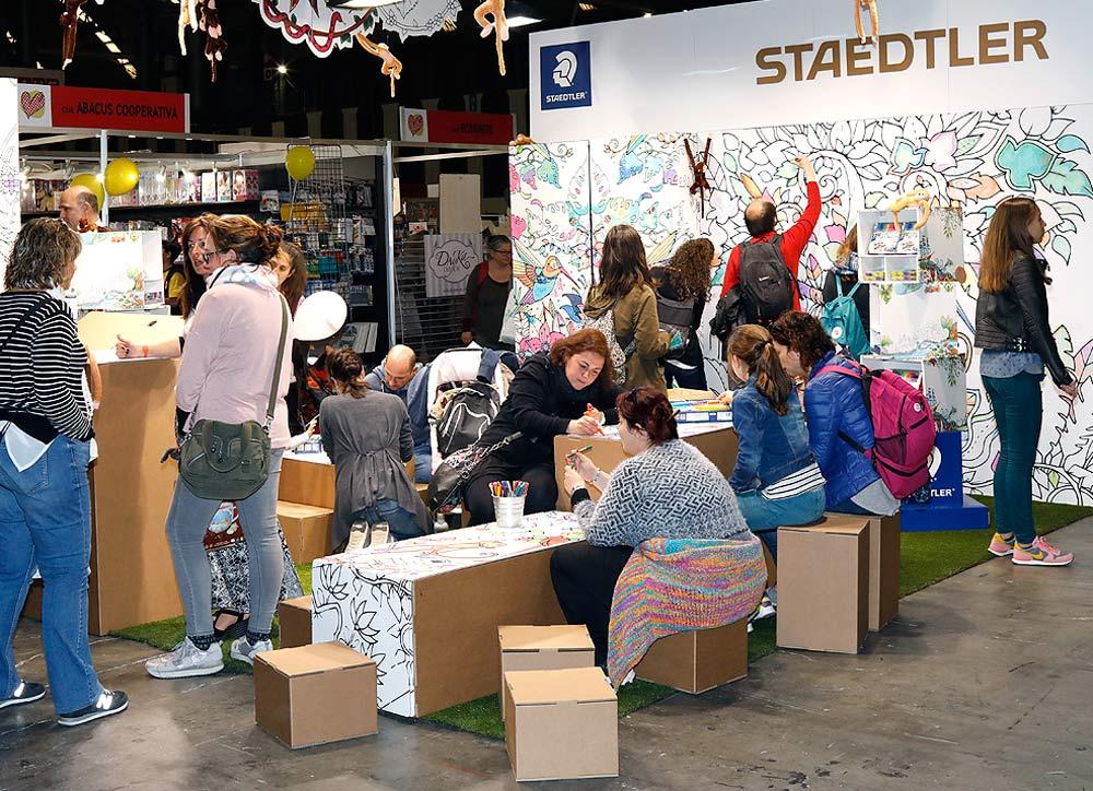 stand Handmade Festival Staedtler interactivo ilustracion ilustrar mandalas diy carton expositor papeleria diy do it yourself makers diseñado por Cartonlab.