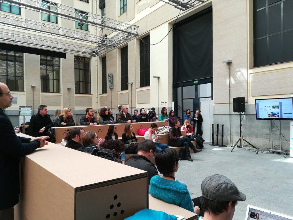 Gradas-escenarios-carton-publico-evento-conferencias-ponencias