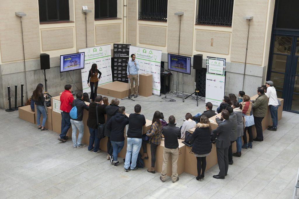 Gradas-escenarios-carton-espacio-sostenible-conferencia-ponencia-feria-emprendedores-ecología